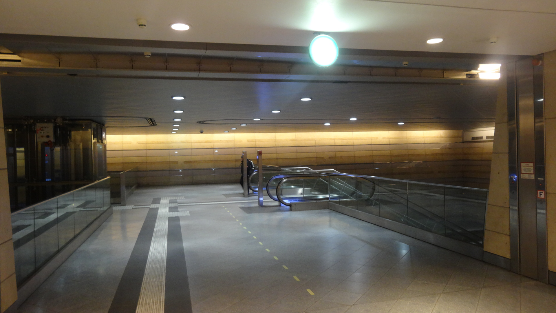 Entrance to City tunnel at Hbf (tief) from Tram side