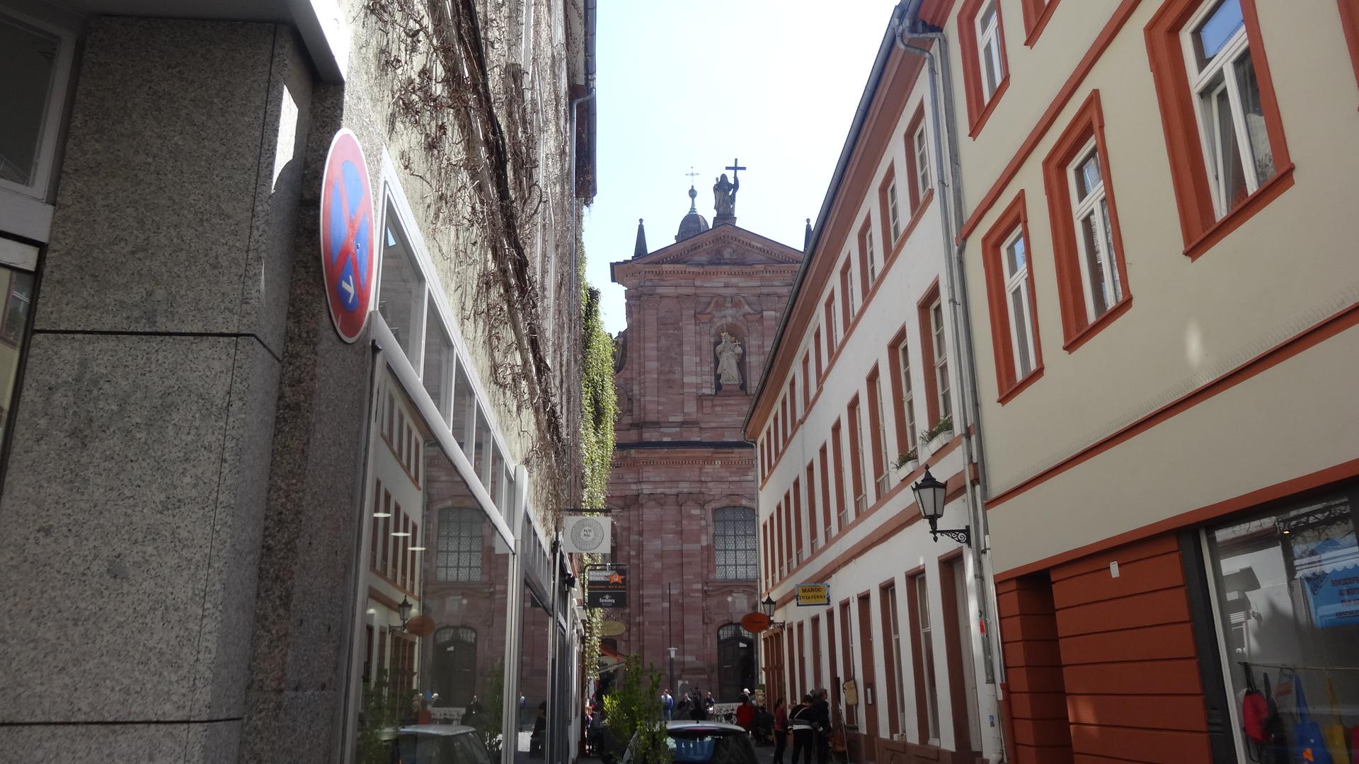 Gasse mit Blick auf Jesuitenkirche