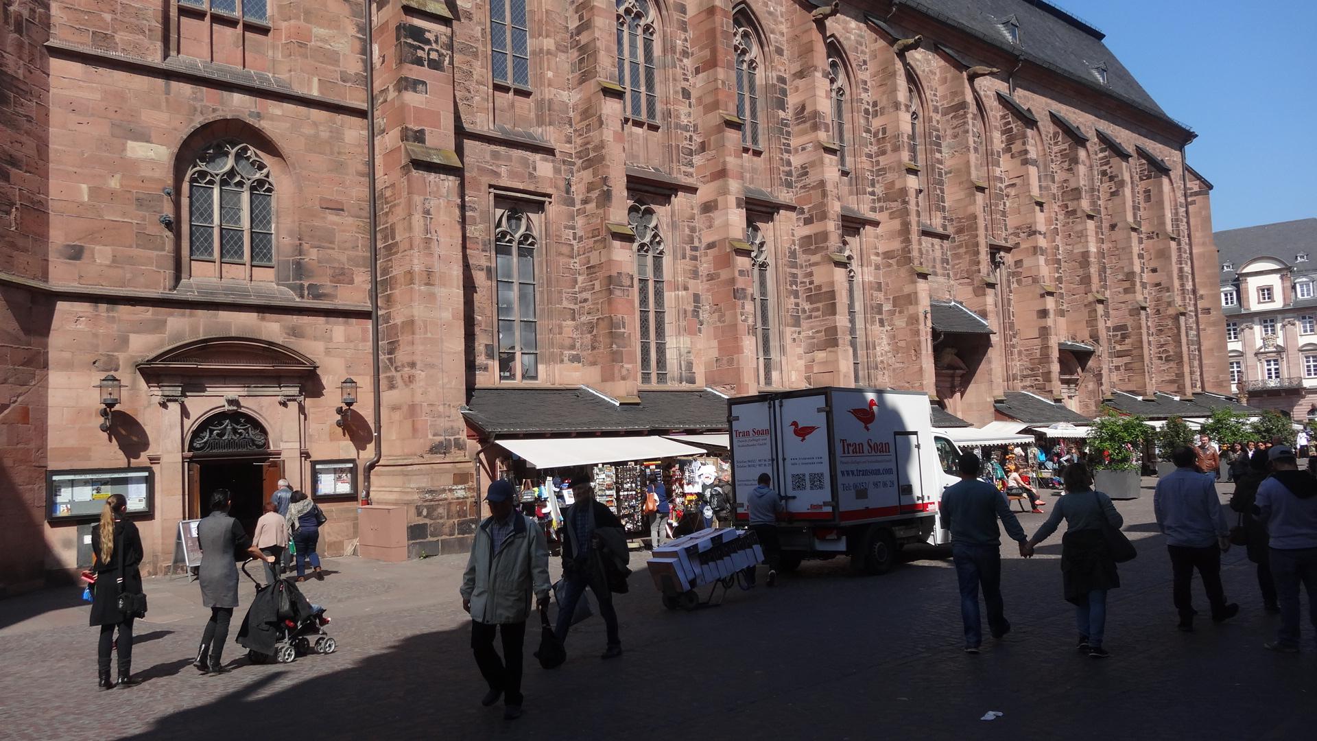 Marktplatz mit Blick auf Heiliggeistkirche