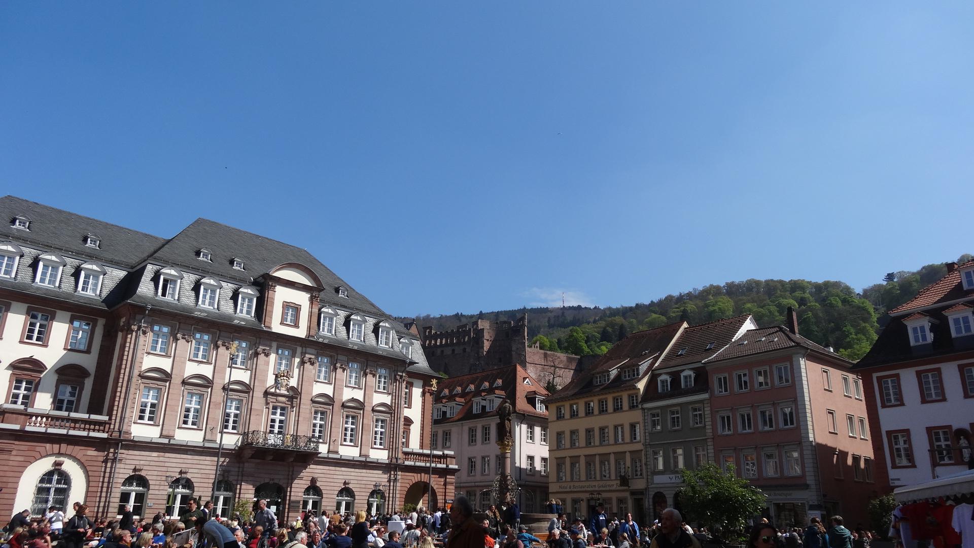 Marktplatz mit Blick auf Rathaus