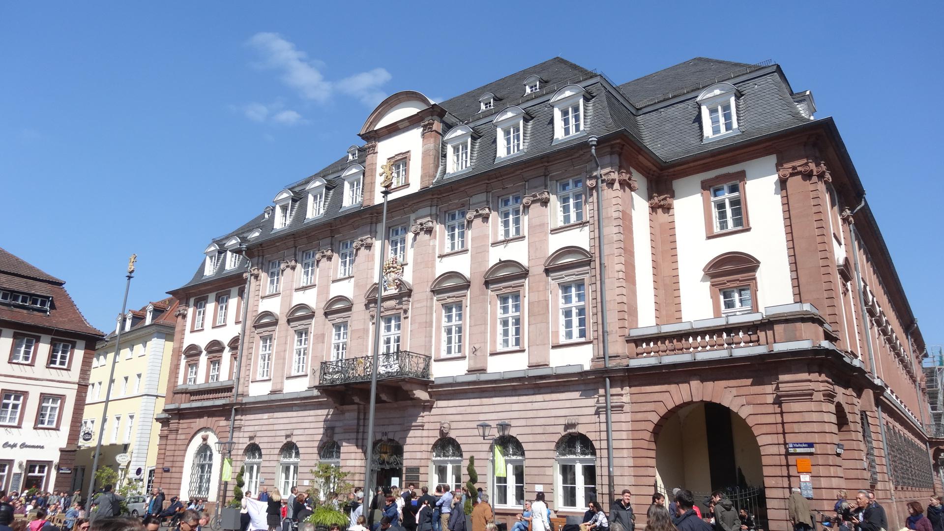 Hochzeitsgesellschaft vor dem Rathaus