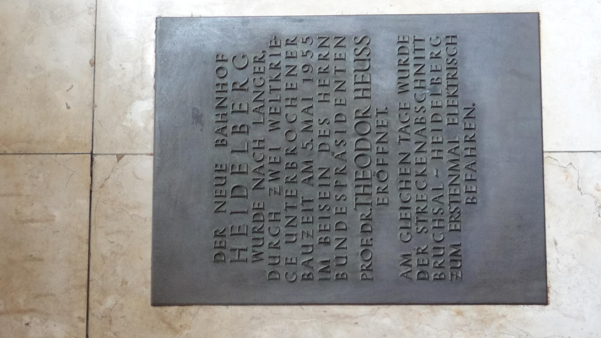 Erinnerungstafel zur Geschichte des Heidelberger Hbf