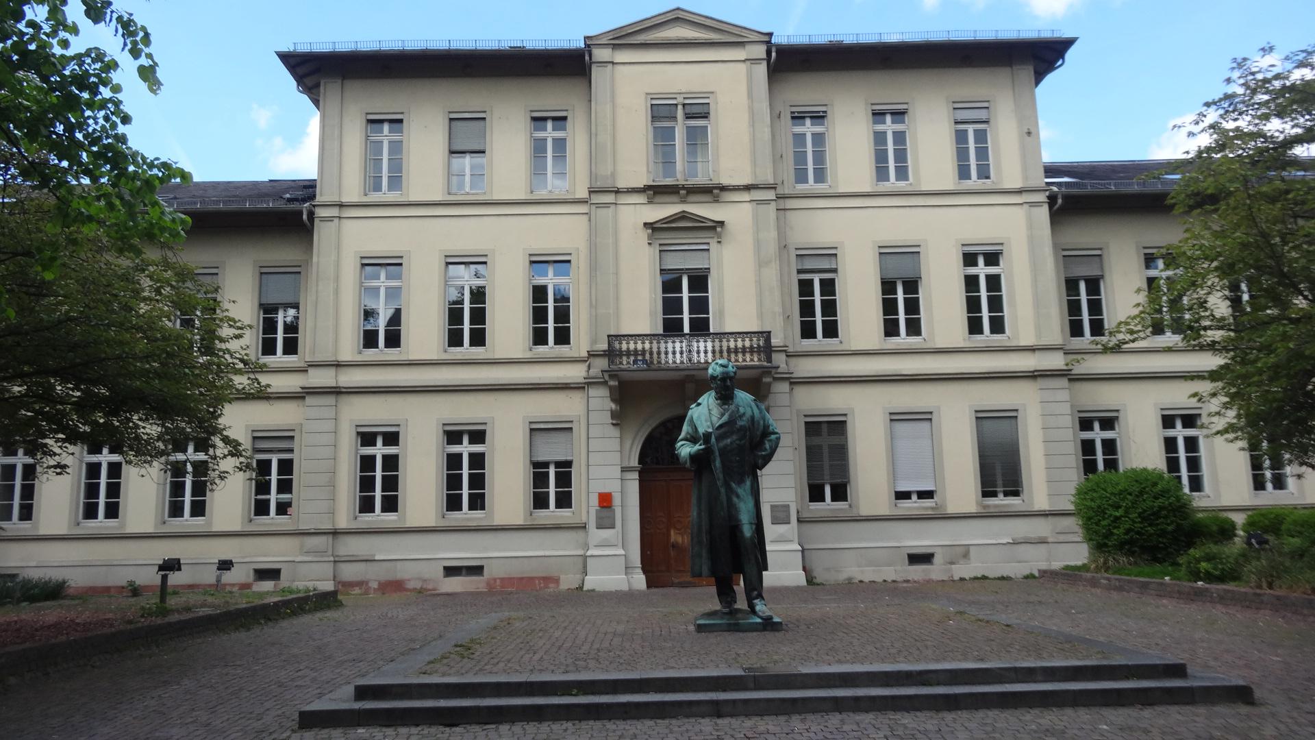 Statue vor dem Friedrichsbau