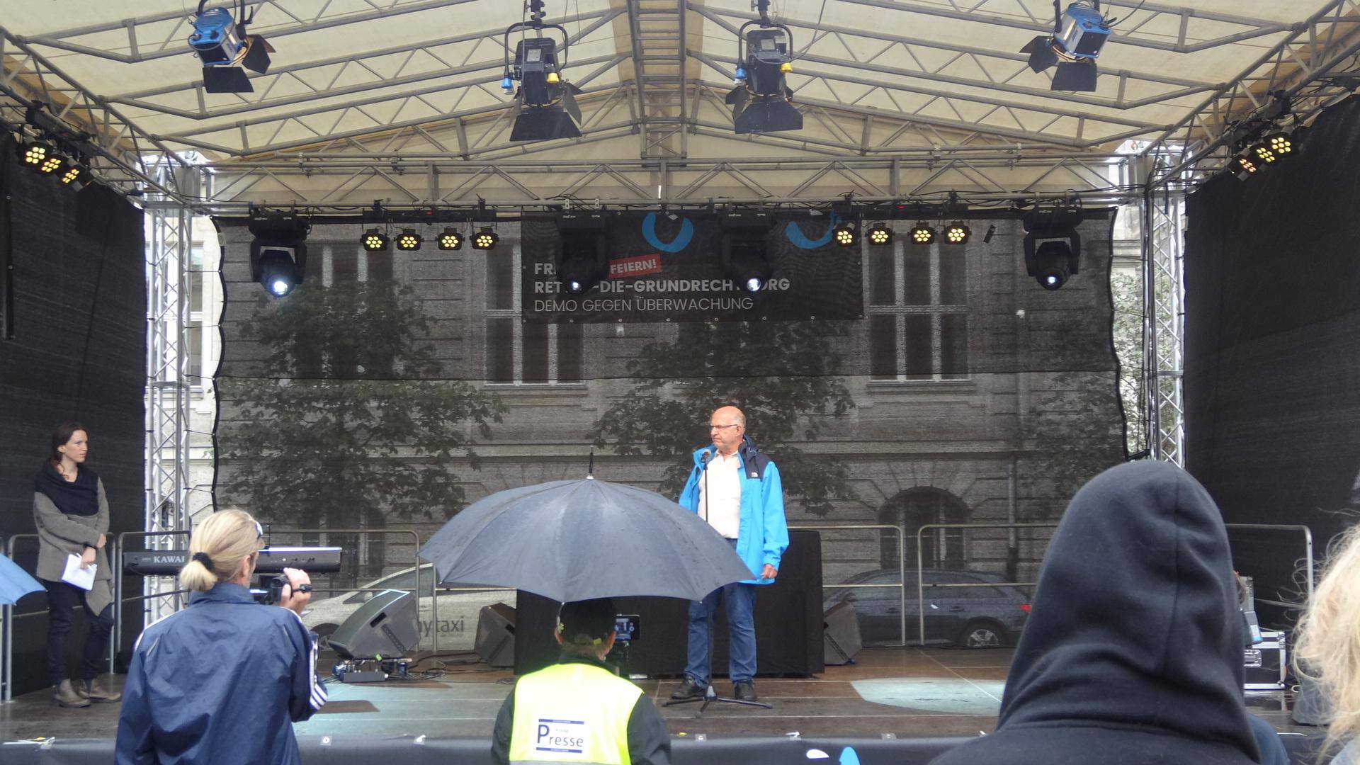 Peter Schaar spricht auf der Kundgebung