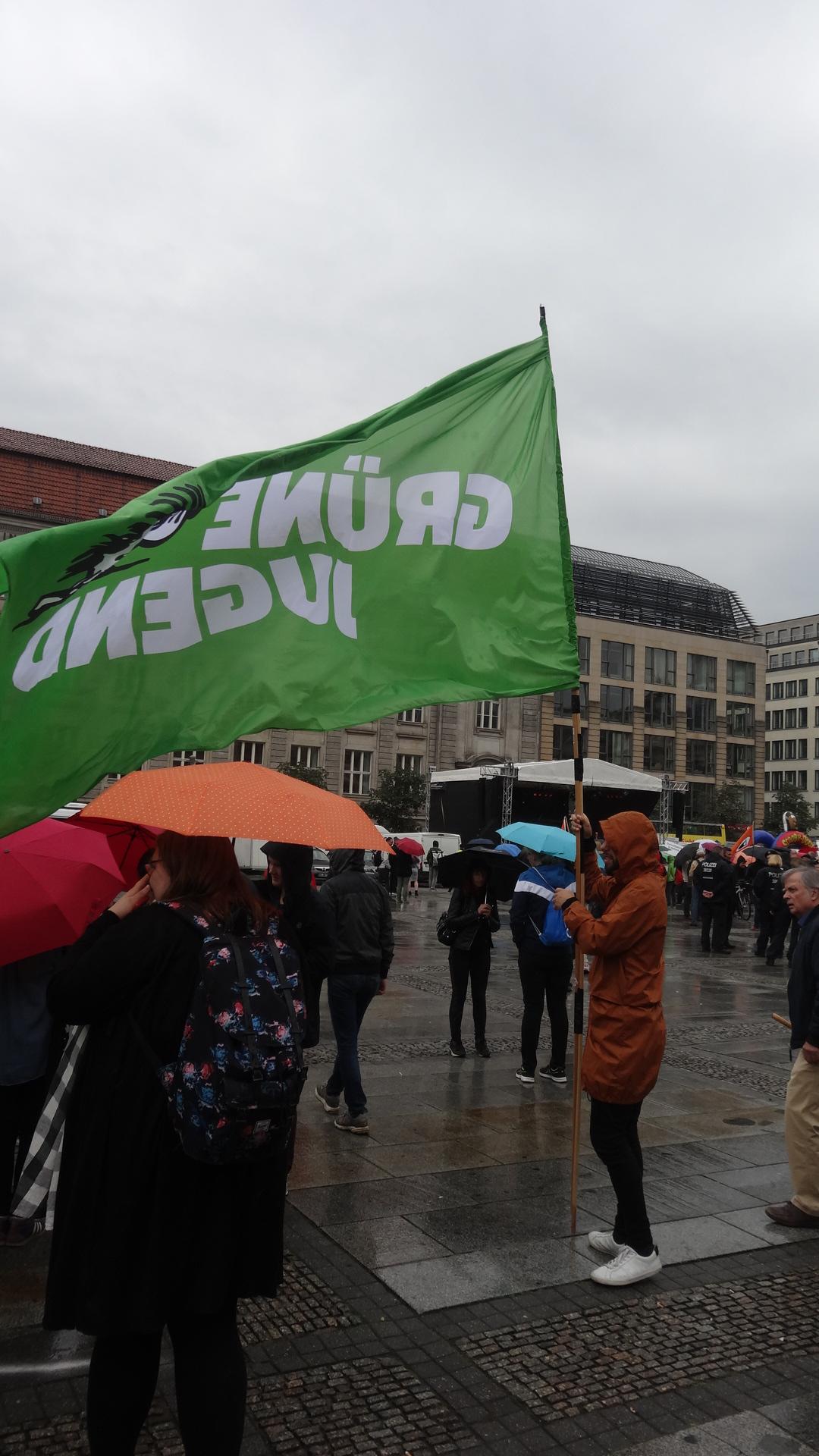 Größte Fahne auf der Demo von der GRÜNEN JUGEND